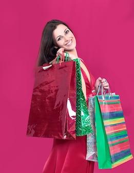 Schöne frau mit einkaufstüten für weihnachtseinkäufe