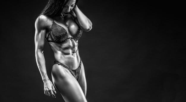 Schöne frau mit fitnesskörper in unterwäsche