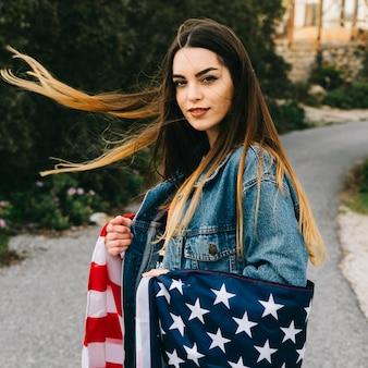 Schöne frau mit flagge