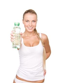 Schöne frau mit flasche wasser über weißer wand Premium Fotos