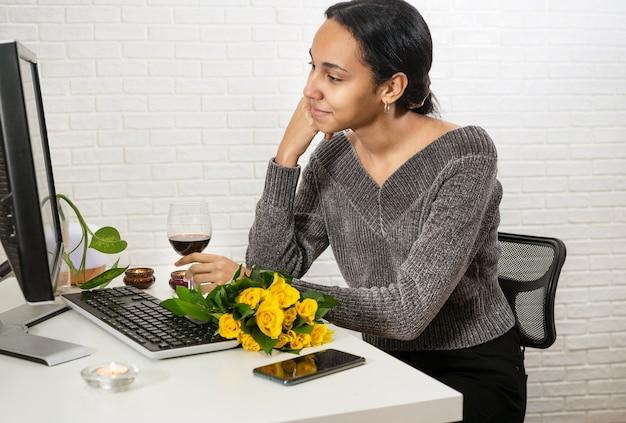 Schöne frau mit gemischten rassen, die romantisches online-treffen hat
