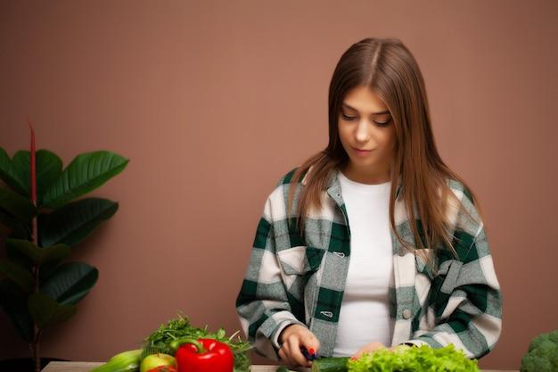 Schöne frau mit gemüse für diät-salat