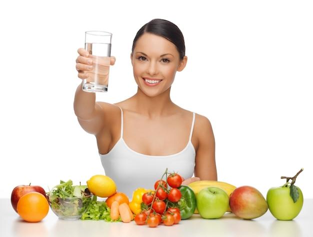 Schöne frau mit gesundem essen und wasser