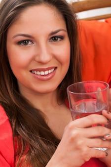 Schöne frau mit glas zu hause