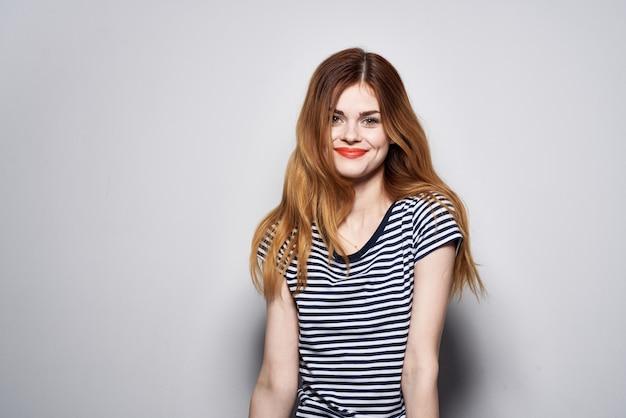 Schöne frau mit haar make-up posiert spaß mode ausdruck hellen hintergrund. foto in hoher qualität