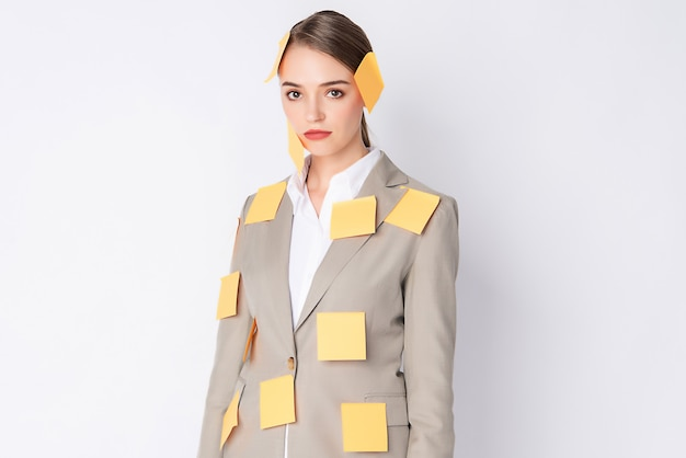 Schöne frau mit hellbraunem anzug und poste es auf ihrem körper