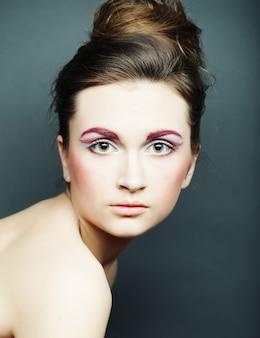 Schöne frau mit hellem make-up