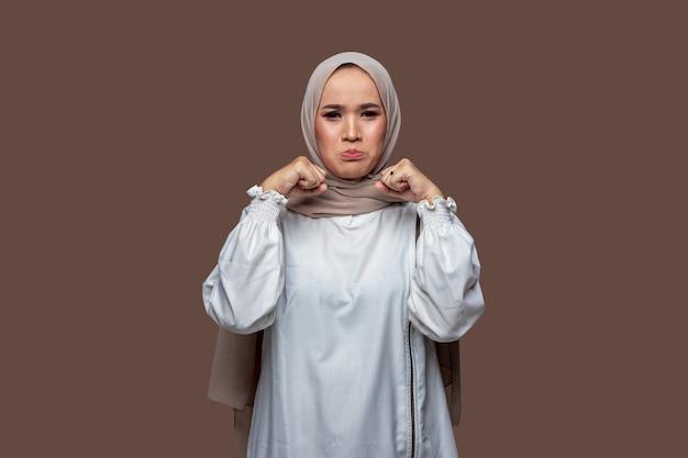 Schöne frau mit hijab posiert weinend und trauriger ausdruck