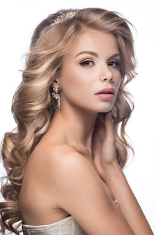 Schöne frau mit hochzeitskleid und blonden haaren