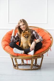 Schöne frau mit hund