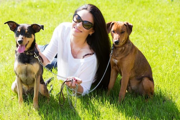 Schöne frau mit hunden