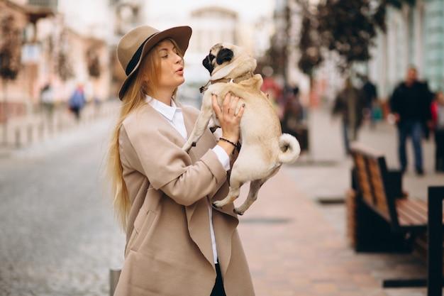 Schöne frau mit ihrem hund