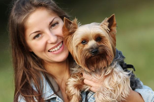 Schöne frau mit ihrem süßen hund