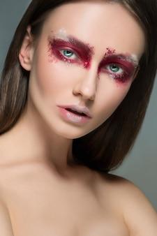 Schöne frau mit künstlerischem make-up