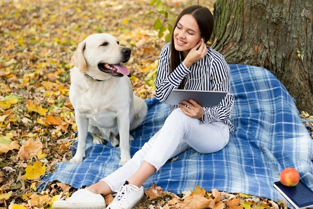 Schöne frau mit labrador im park