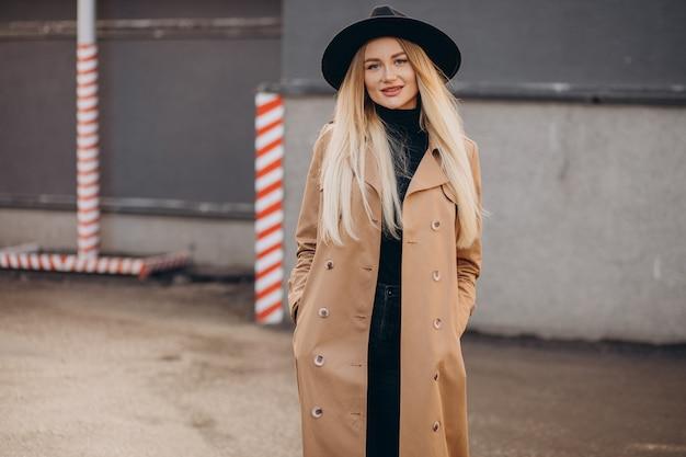 Schöne frau mit langen blonden haaren auf reisen
