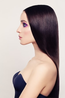 Schöne frau mit langen färbenden haaren. profil