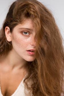 Schöne frau mit langen haaren, die auf künstlerische weise aufwirft