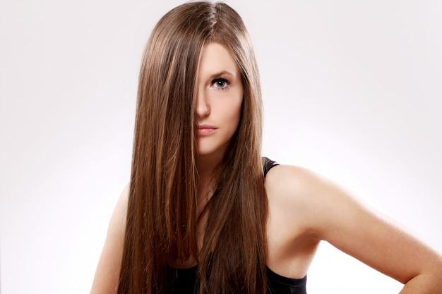 Schöne frau mit langen haaren
