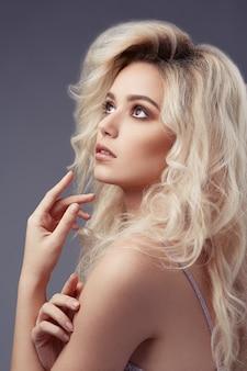 Schöne frau mit langen hübschen haaren