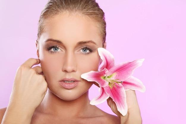 Schöne frau mit lilienblume
