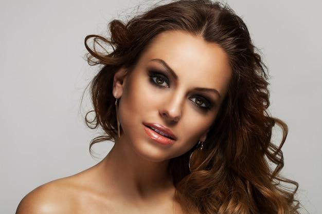 Schöne frau mit locken und make-up