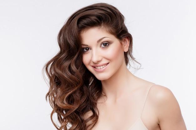 Schöne frau mit lockigem braunem haar
