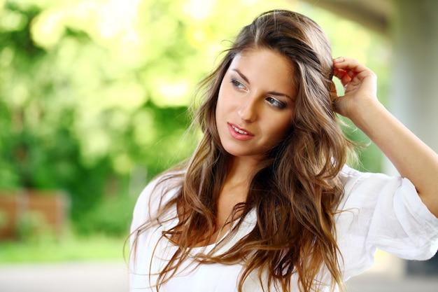 Schöne frau mit lockigem haar