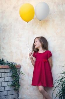 Schöne frau mit luftballons