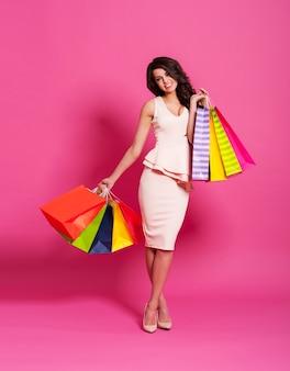 Schöne frau mit luxuriösem einkaufen