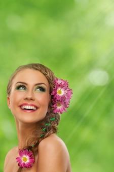 Schöne frau mit make-up und blumen