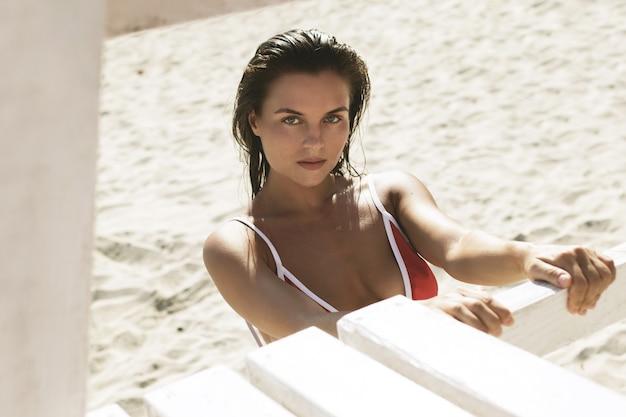 Schöne frau mit nassen haaren am strand