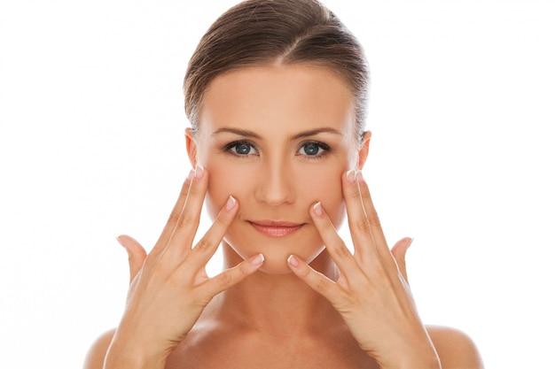 Schöne frau mit natürlichem make-up
