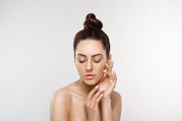 Schöne frau mit natur make-up. schönheitsporträt des weiblichen gesichts mit natürlicher haut. hautpflege. kosmetologie, schönheit und spa.