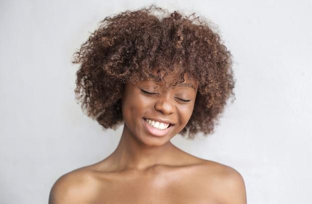Schöne frau mit perfekter haut und lockigem afro-haar