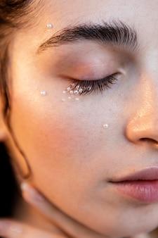 Schöne frau mit perlen schminken