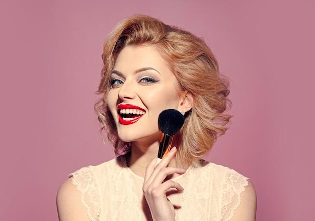 Schöne frau mit pinup make-up. mode pfeilform. make-up schönheit mit pinsel.