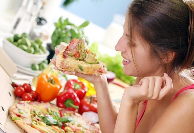 Schöne frau mit pizza