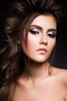 Schöne frau mit professionellem make-up