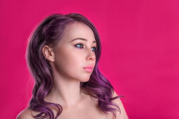Schöne frau mit rosa haar kopieren raum, helles saftiges bild eines jungen mädchens