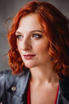 Schöne frau mit roten haaren