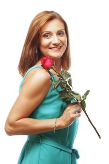 Schöne frau mit roter rose lokalisiert auf weiß