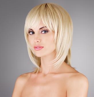 Schöne frau mit schuss blonde frisur, nahaufnahmeporträt eines weiblichen modells
