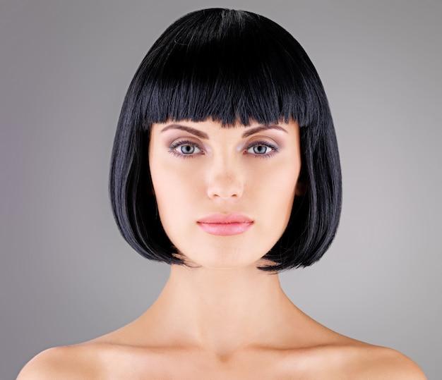 Schöne frau mit schussfrisur, nahaufnahmeporträt eines weiblichen modells