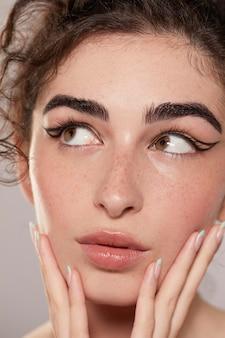 Schöne frau mit schwarzem eyeliner