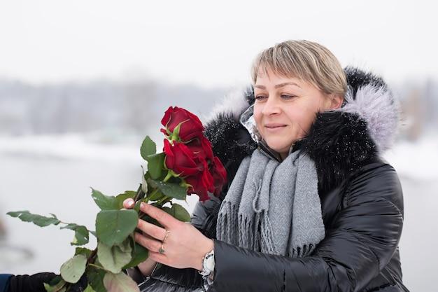 Schöne frau mit strauß roter rosen am valentinstag