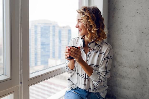 Schöne frau mit tasse kaffee