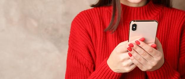 Schöne frau mit telefon auf braun