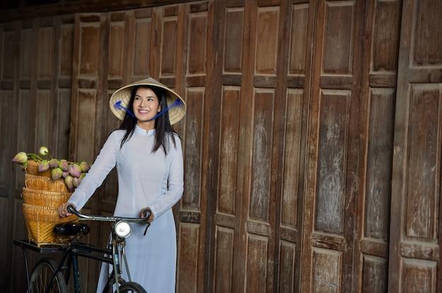 Schöne frau mit traditioneller kleidung der vietnamkultur, tracht, weinlesestil, vietnam