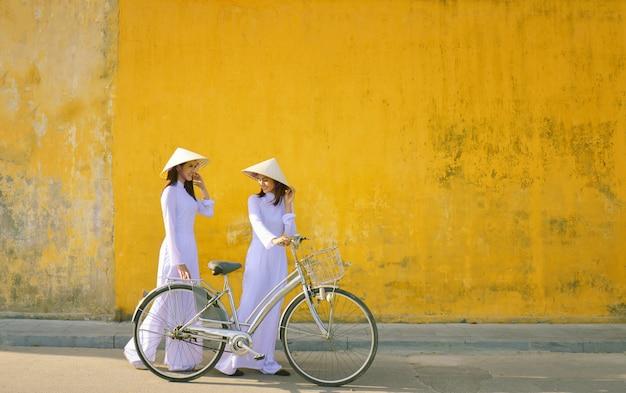 Schöne frau mit traditioneller vietnamkultur